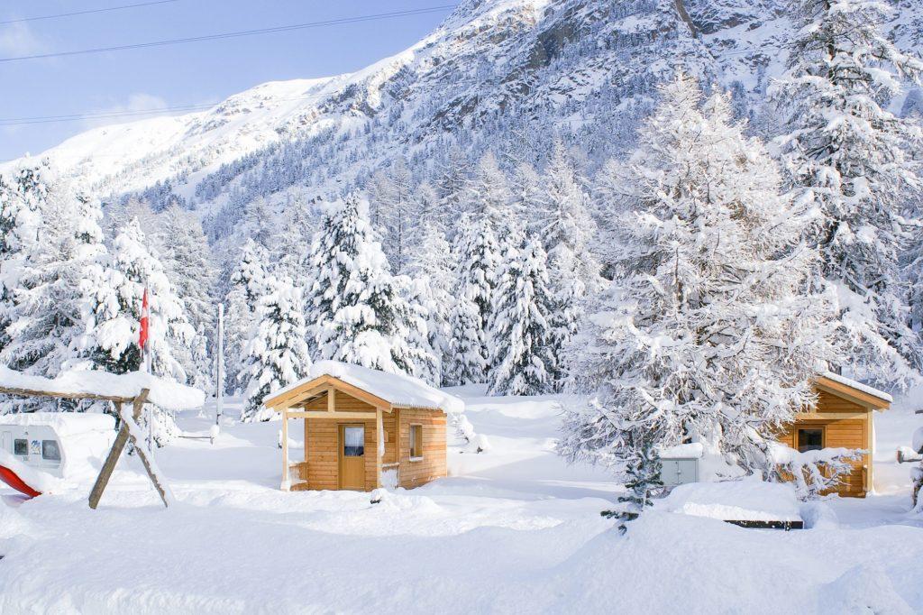 wintercamping-campingplatz-morteratsch-holzhaeuser