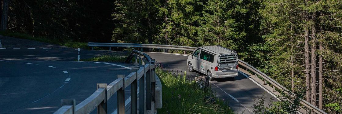 Camperbus auf Bergstrasse Chur Arosa