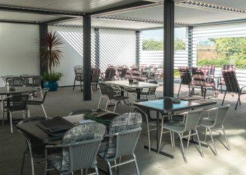Tische mit Stühlen vom Restaurant Campingplatz Buchhorn am Bodensee