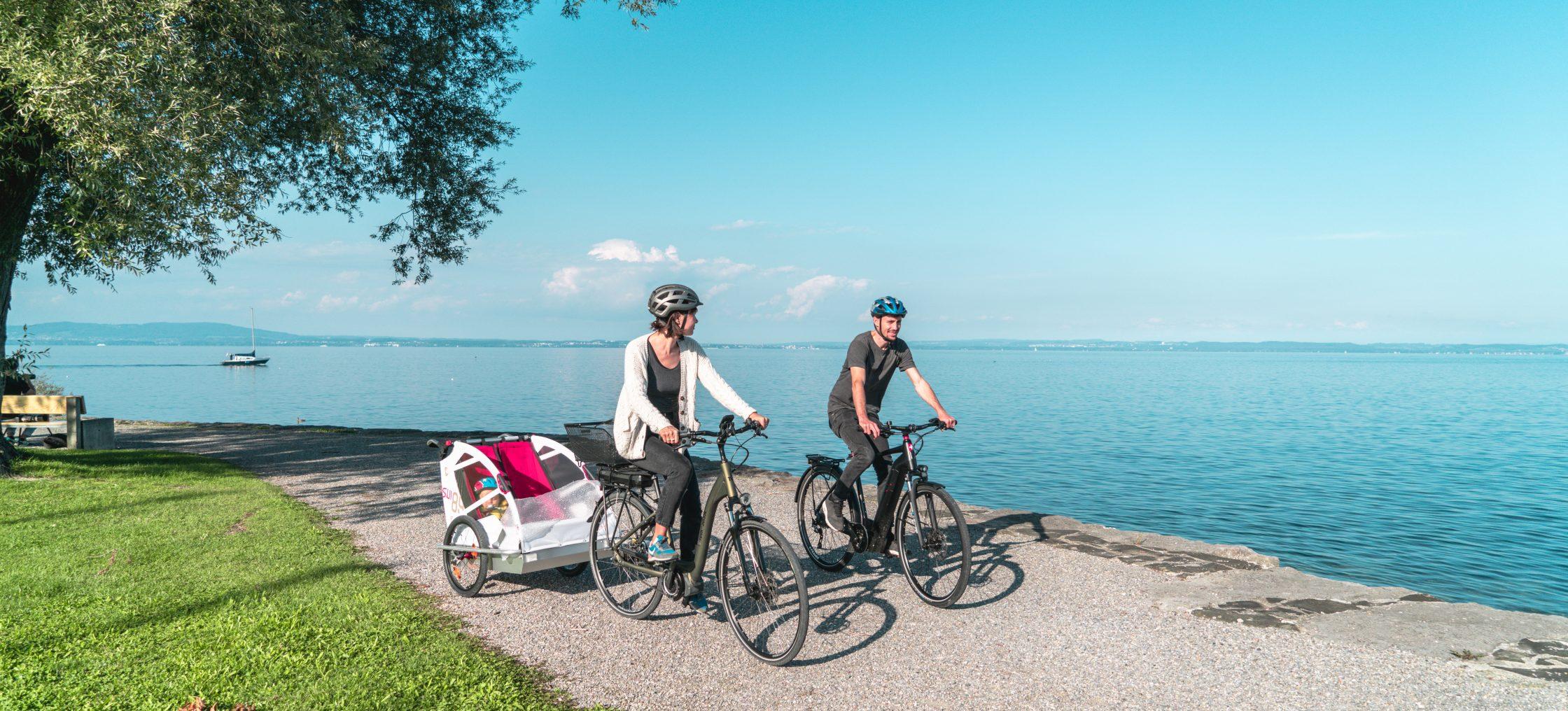 Familie radelt am Bodensee entlang