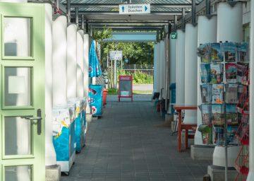 Bodensee, Gang vor den Toiletten mit Tischfussball und Büchern