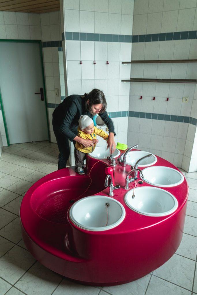Bodensee Mutter und Kind am Händewaschen