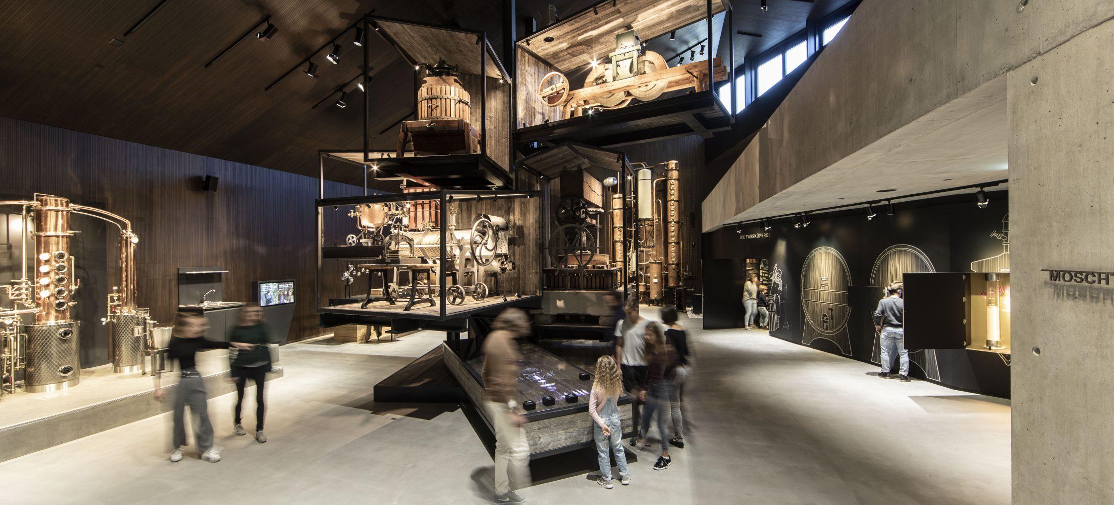 Bodensee Mostfabrik Ausstellung mit Besuchern und Vitrinen