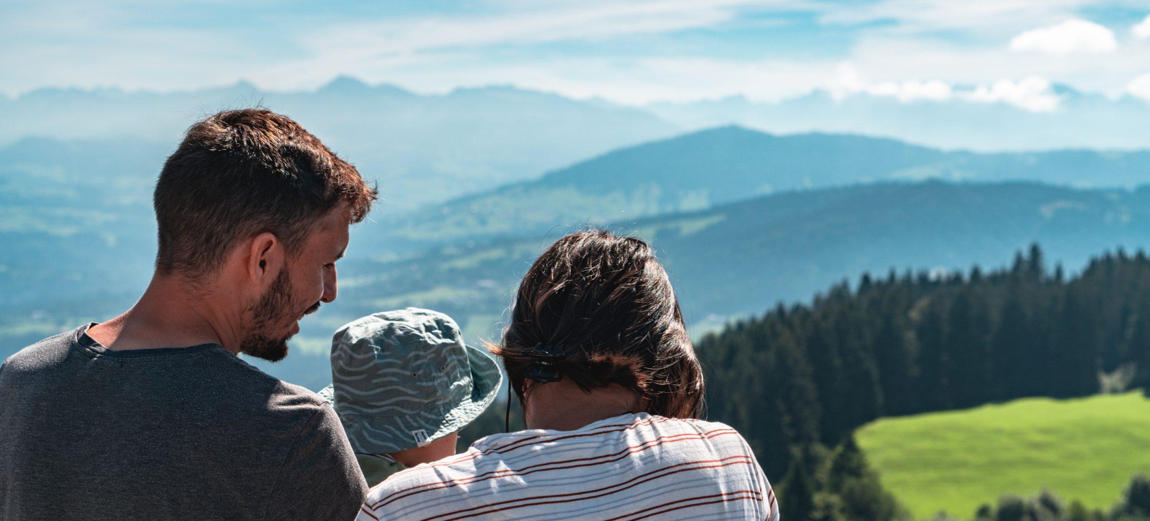 Paar mit Kleinkind am Aussichtspunkt mit Blick auf Landschaft beim Bodensee