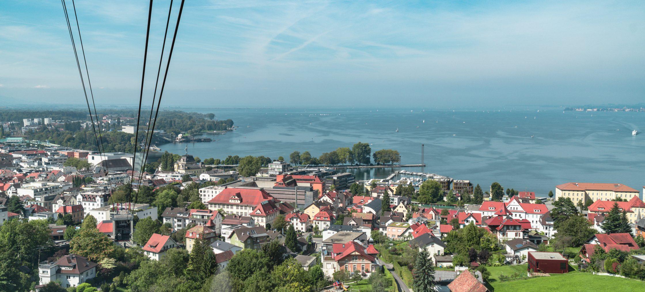 Ausblick aus der Pfaender Seilbahn über Dorf und Bodensee