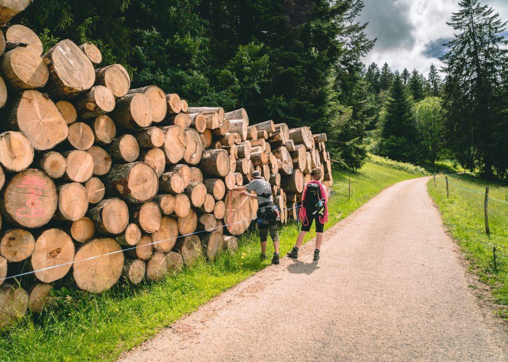 Ein Paar auf dem Asphalt Wanderweg im Park Doubs - Wandern Jura