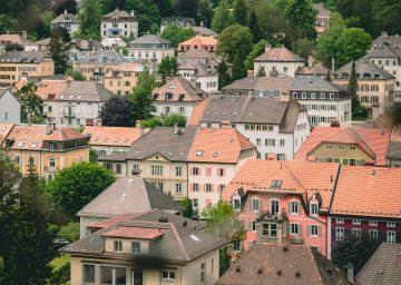 mehrere Häuser mit rotem Ziegeldach in la Chaux de Fonds - Kanton Jura