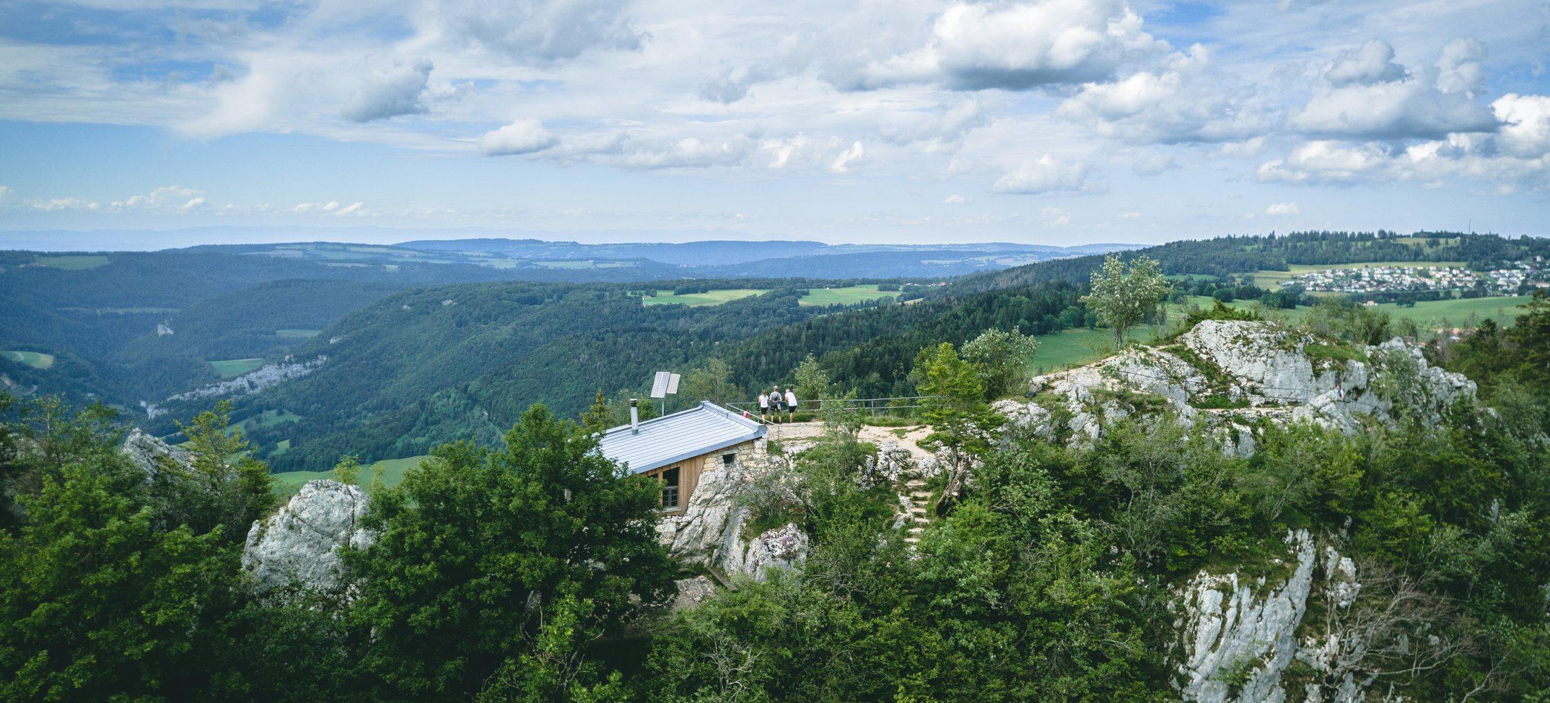 Zwei Männer und eine Frau am Aussichtspunkt vom Naturpark les Sommetres, Wald und Felswand - Wandern Jura