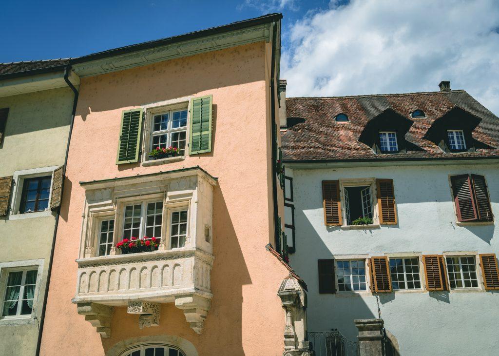 Kanton Jura, Saint-Ursanne, farbige Häuser
