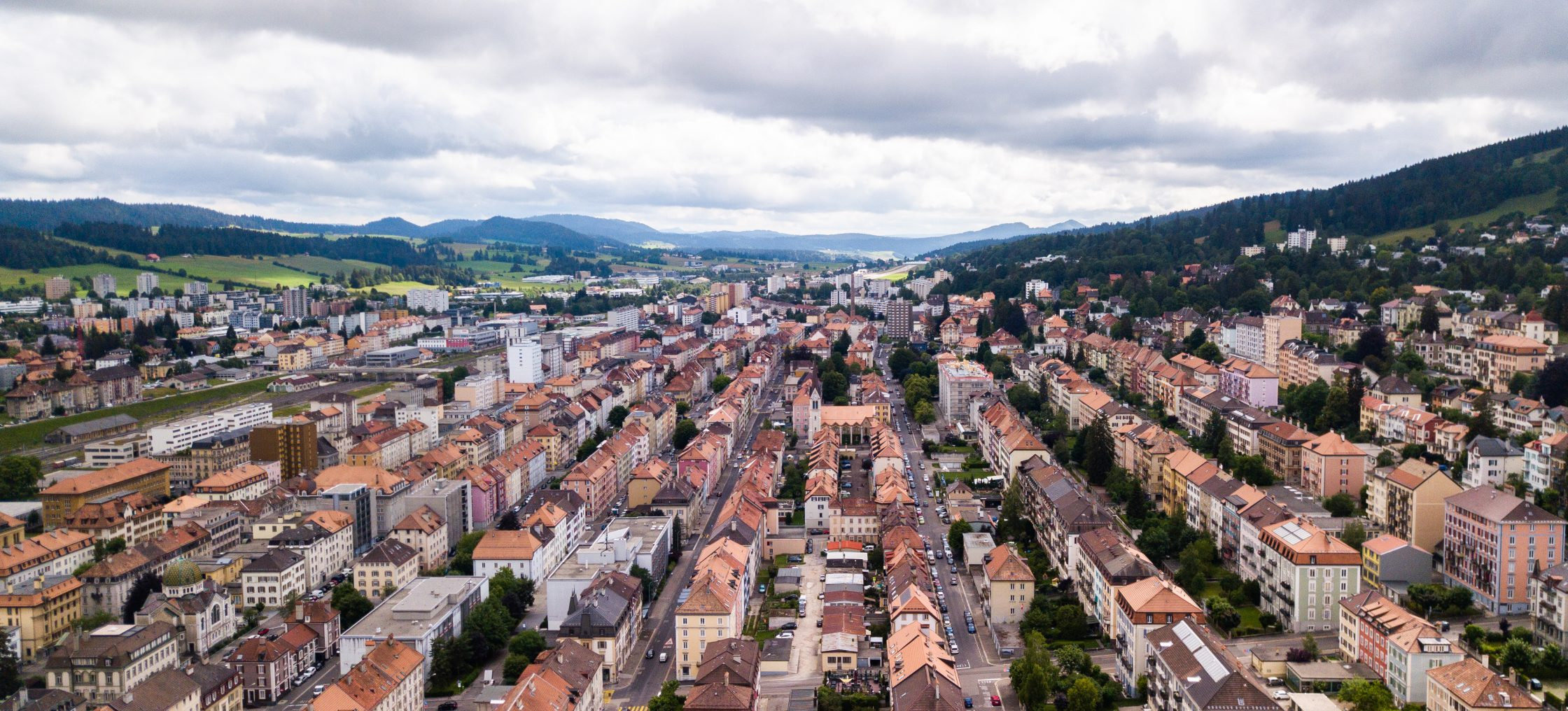 Ausblick auf la chaux-de-fonds bewölkter Himmel - kanton jura