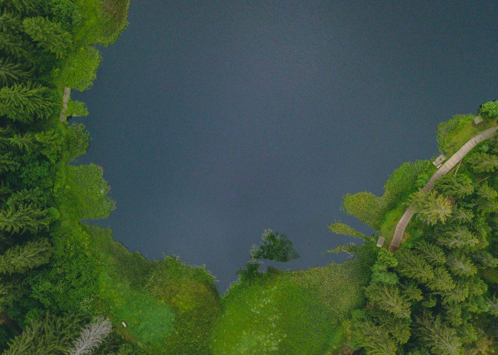 Vogelperspektive Moorsee Etang de la Gruère - Wandern Jura