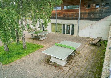 Ping Pong Tisch auf Steinboden - Camping Cerneux - Camping Jura