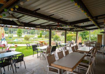 Offenes überdachtes Restaurant, Camping la Belle Verte, Camping Jura