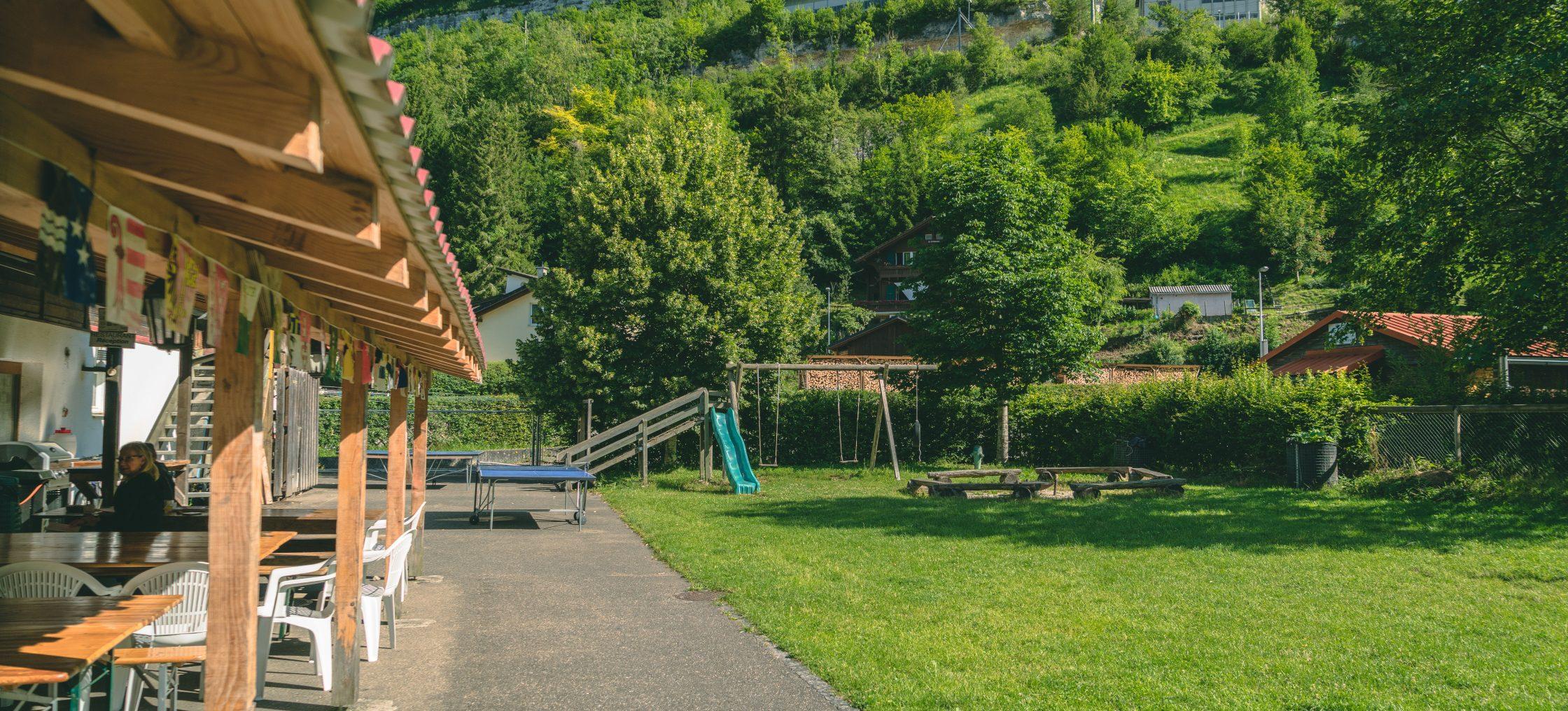 Ferien im Jura, Spielwiese vor dem Restaurant des Camping Chandelier