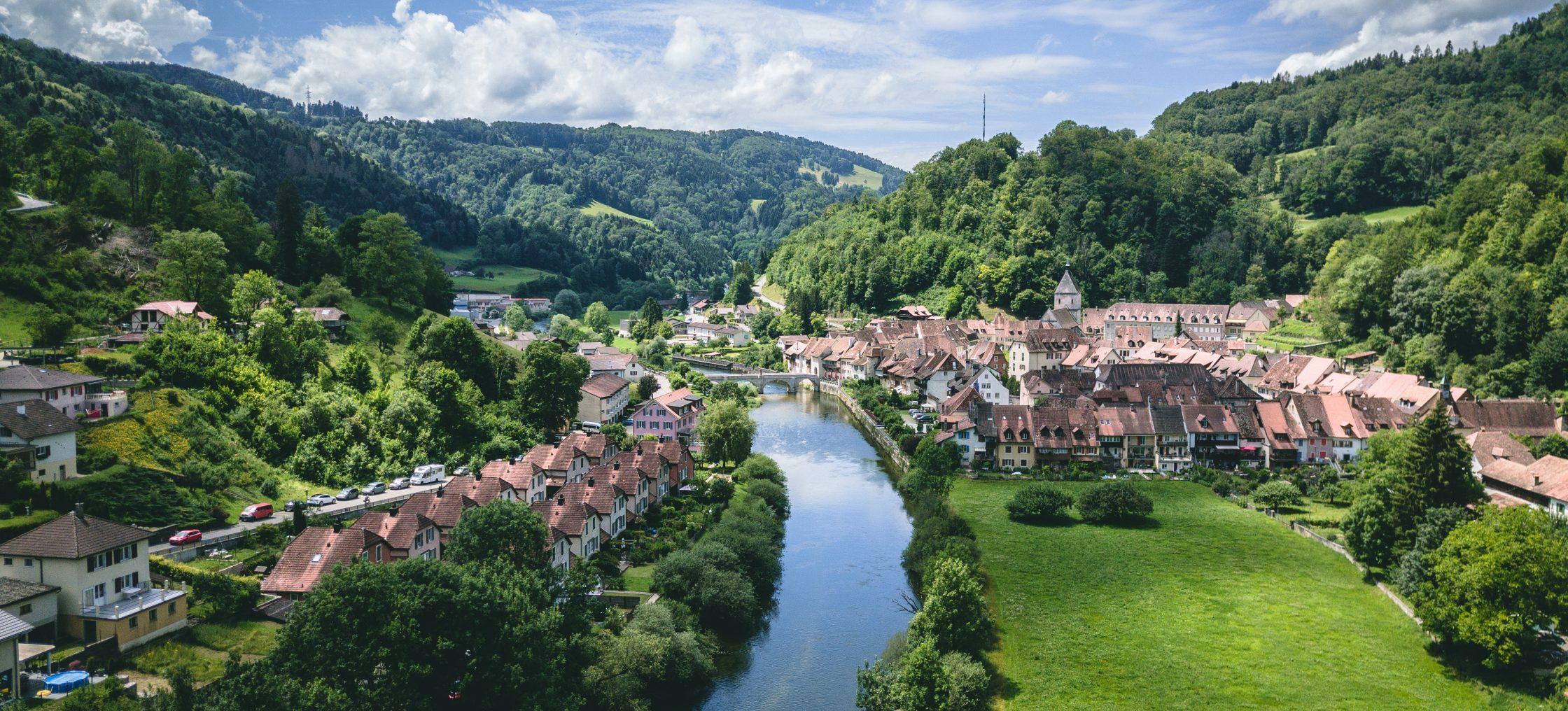 Saint Ursanne und umliegende grüne Landschaft