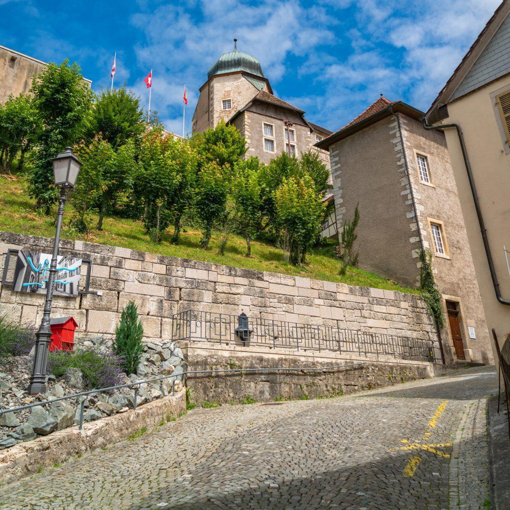 Blick hoch zum Schloss Porrentruy