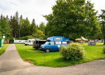 Blauer Camper auf Wiesen Stellplatz im Camping la belle Verte - Camping Jura