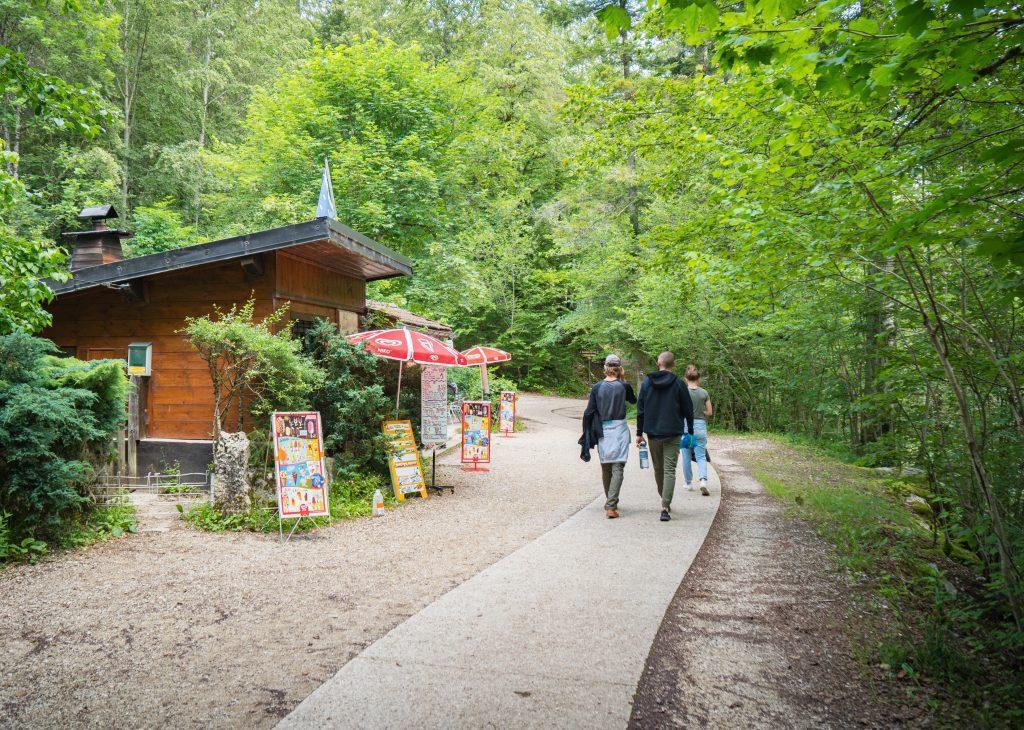 kleine Gruppe im Wald läuft am Verpflegungsstand vorbei - Wandern Jura