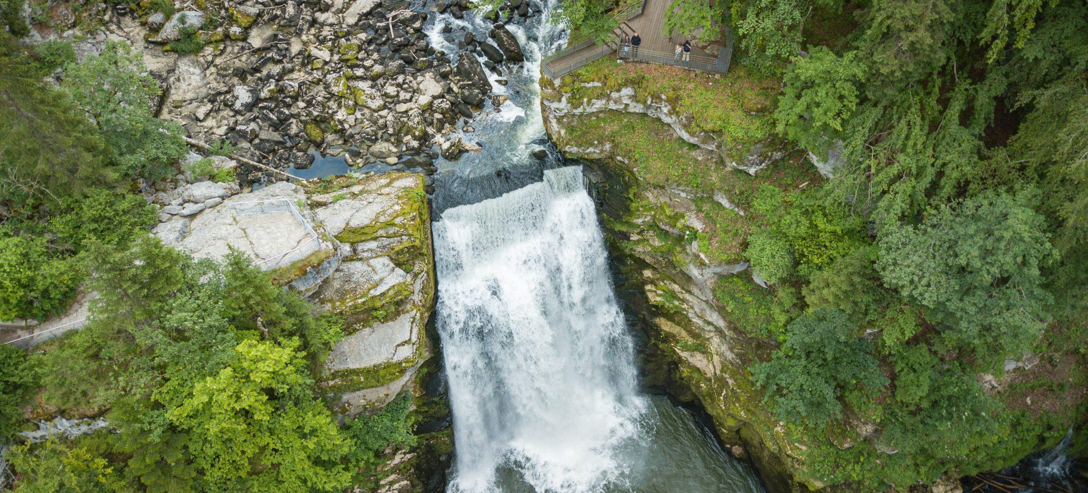 Wasserfall Doubs im Wald, Steine und Felsen rundherum - Wandern Jura
