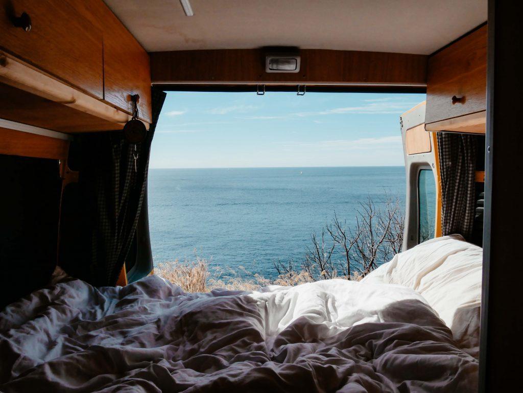 Camping Südfrankreich, Blick aus dem Camper aufs Meer