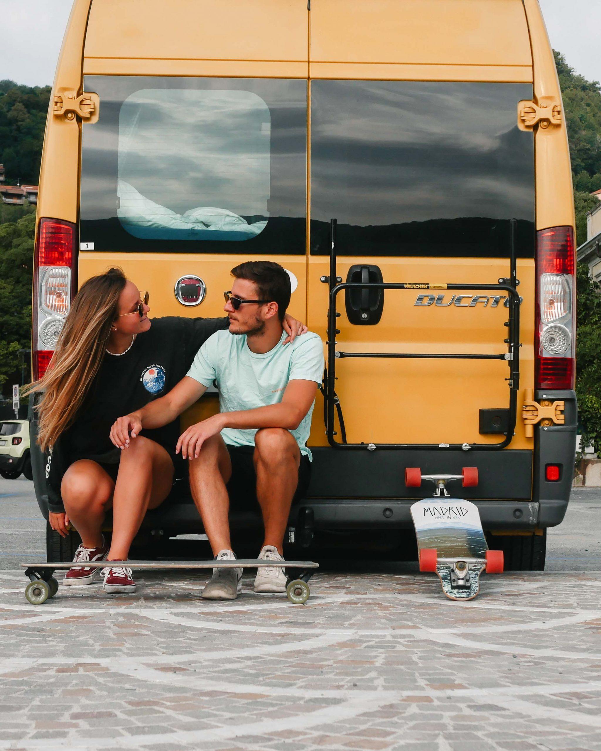 Camping Toskana, Pärchen schaut sich an vor dem gelben Camper