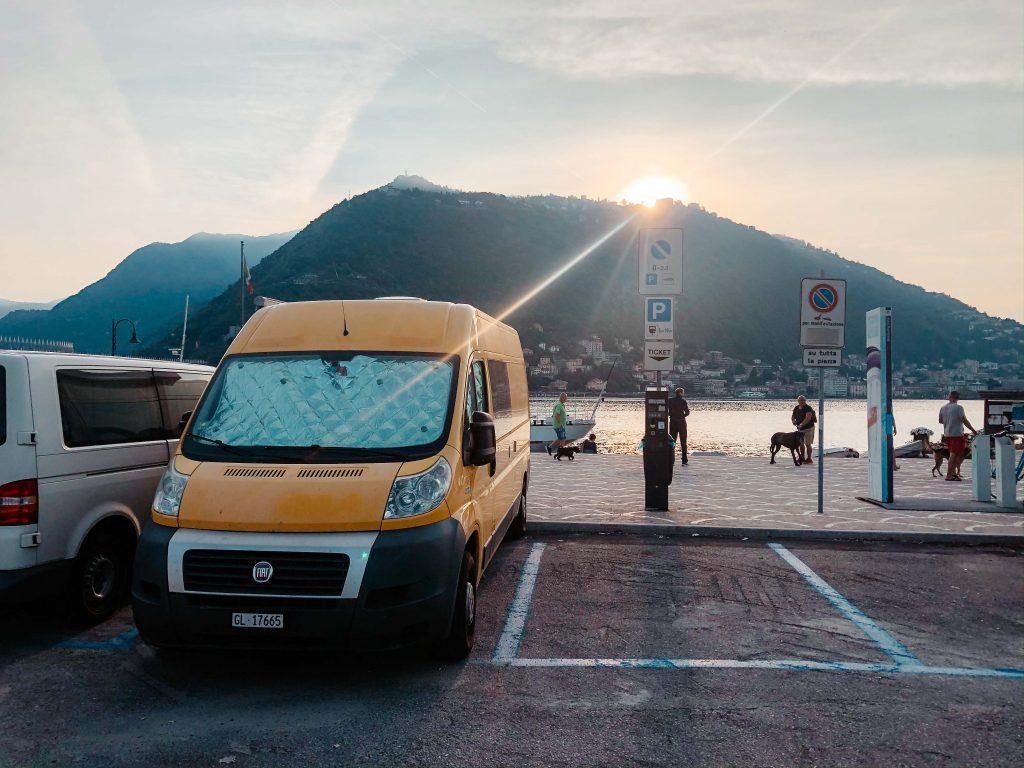Camping Toskana, Camper auf Parkplatz am See in Como