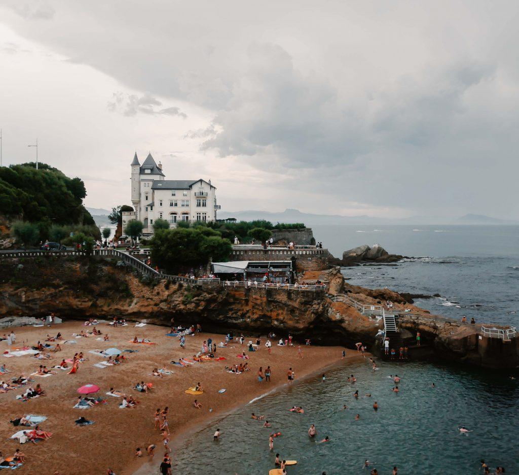 Camping Südfrankreich, Biarritz besuchter Strand, Hotel im Hintergrund
