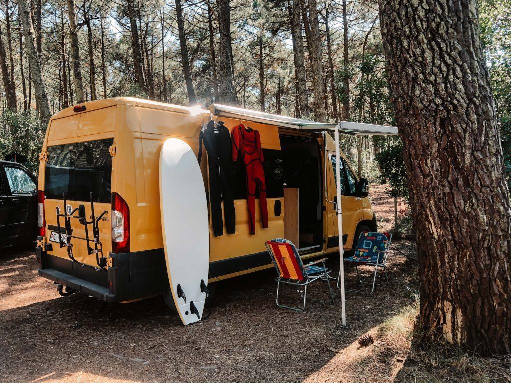 Rundreise Frankreich, gelber Camper im Wald