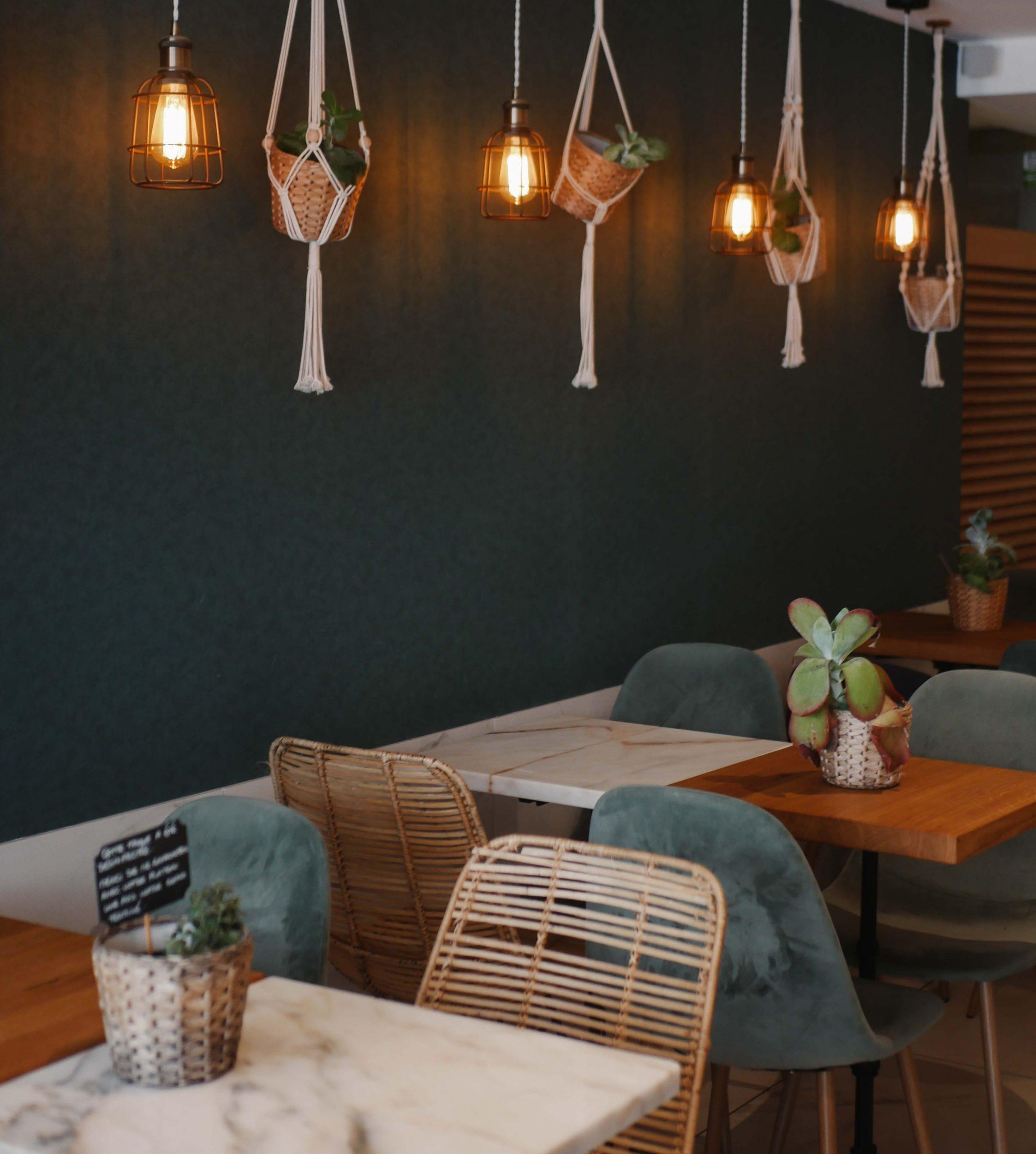 Camping Südfrankreich, Restaurant Green Cantine Innen, Tische und Stühle