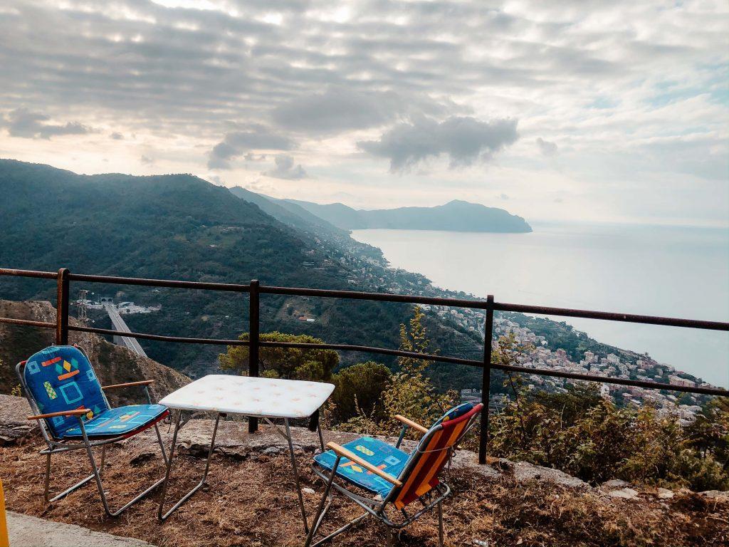 Rundreise Toskana, Genua, Tische mit Aussicht aufs Meer