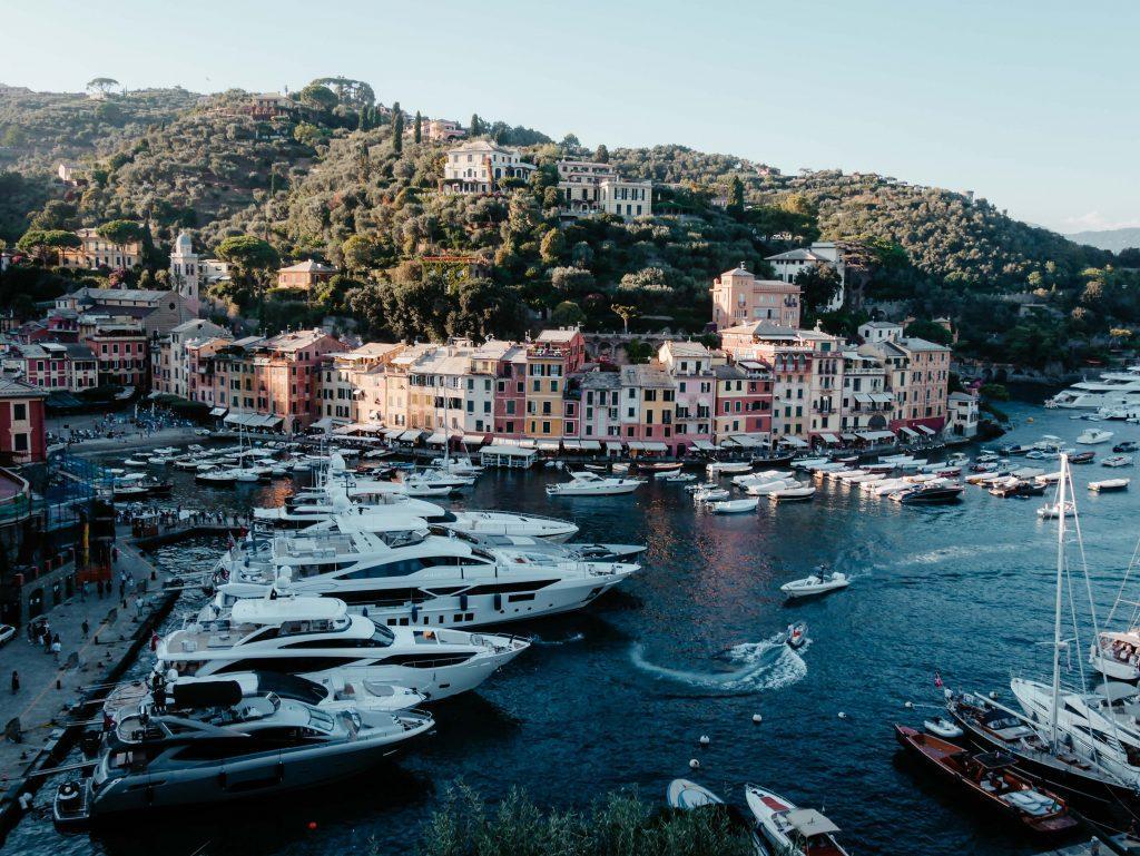 Rundreise Toskana Rapallo, Hafen mit Booten auf dem Meer, Stadt im Hintergrund
