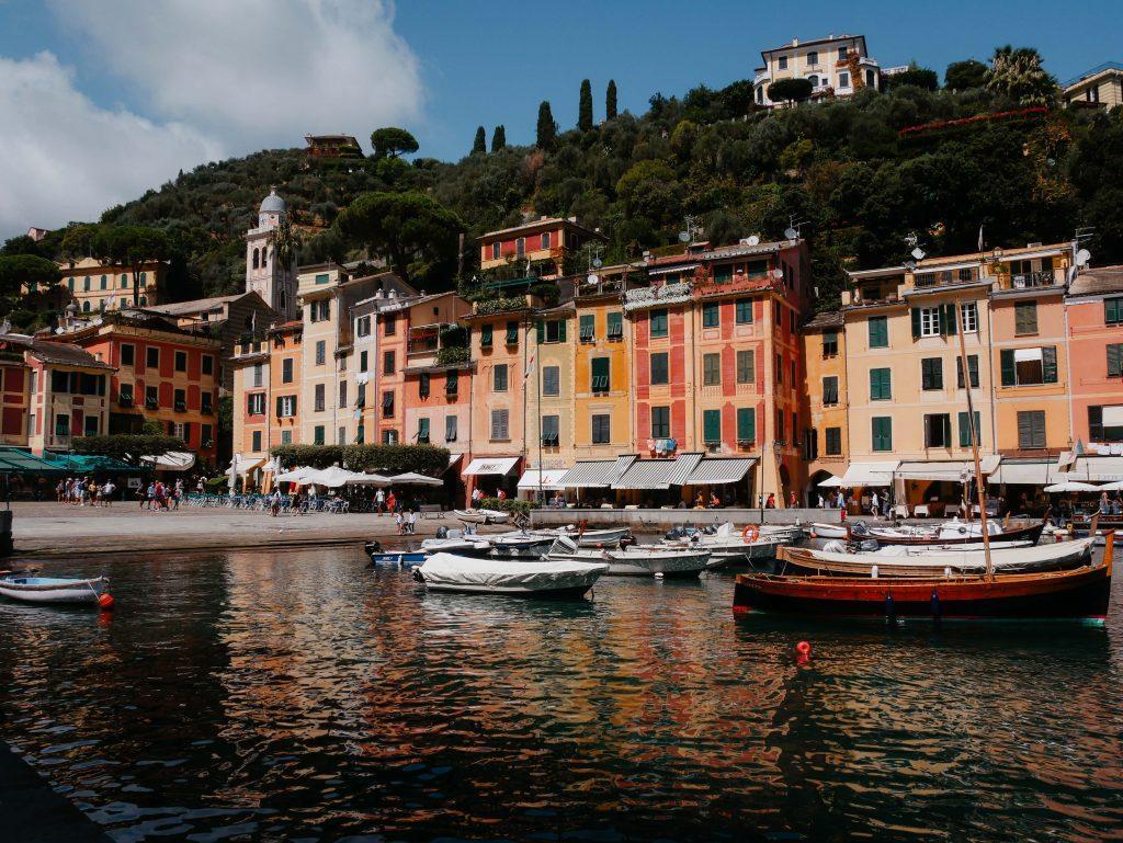 Rundreise Toskana, Strand von Rapallo mit Booten und farbige Gebäuden im Hintergrund