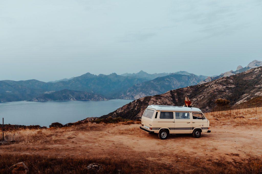 korsika sonnenuntergang meer berge camper